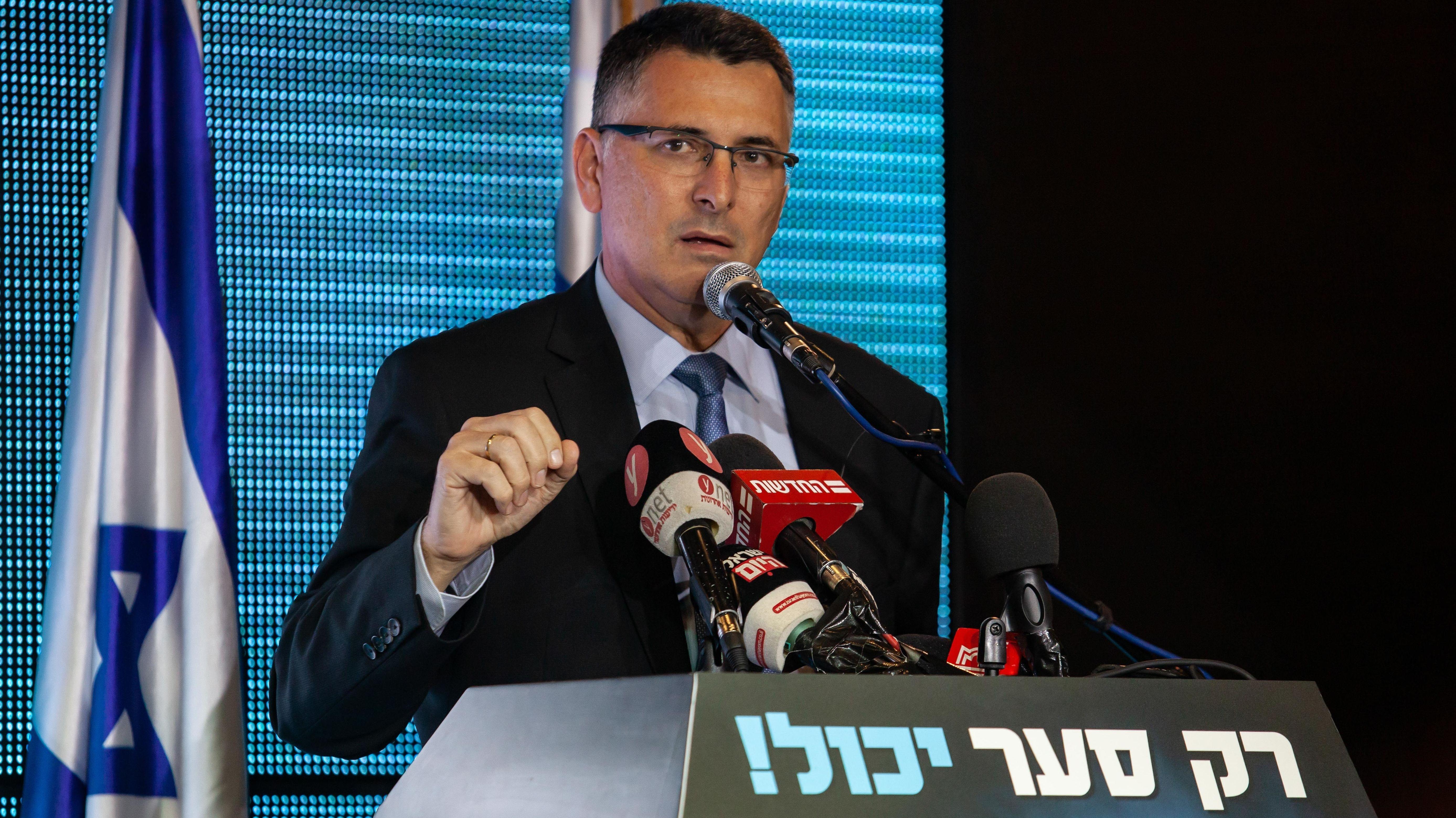 Gideon Saar an einem Rednerpult