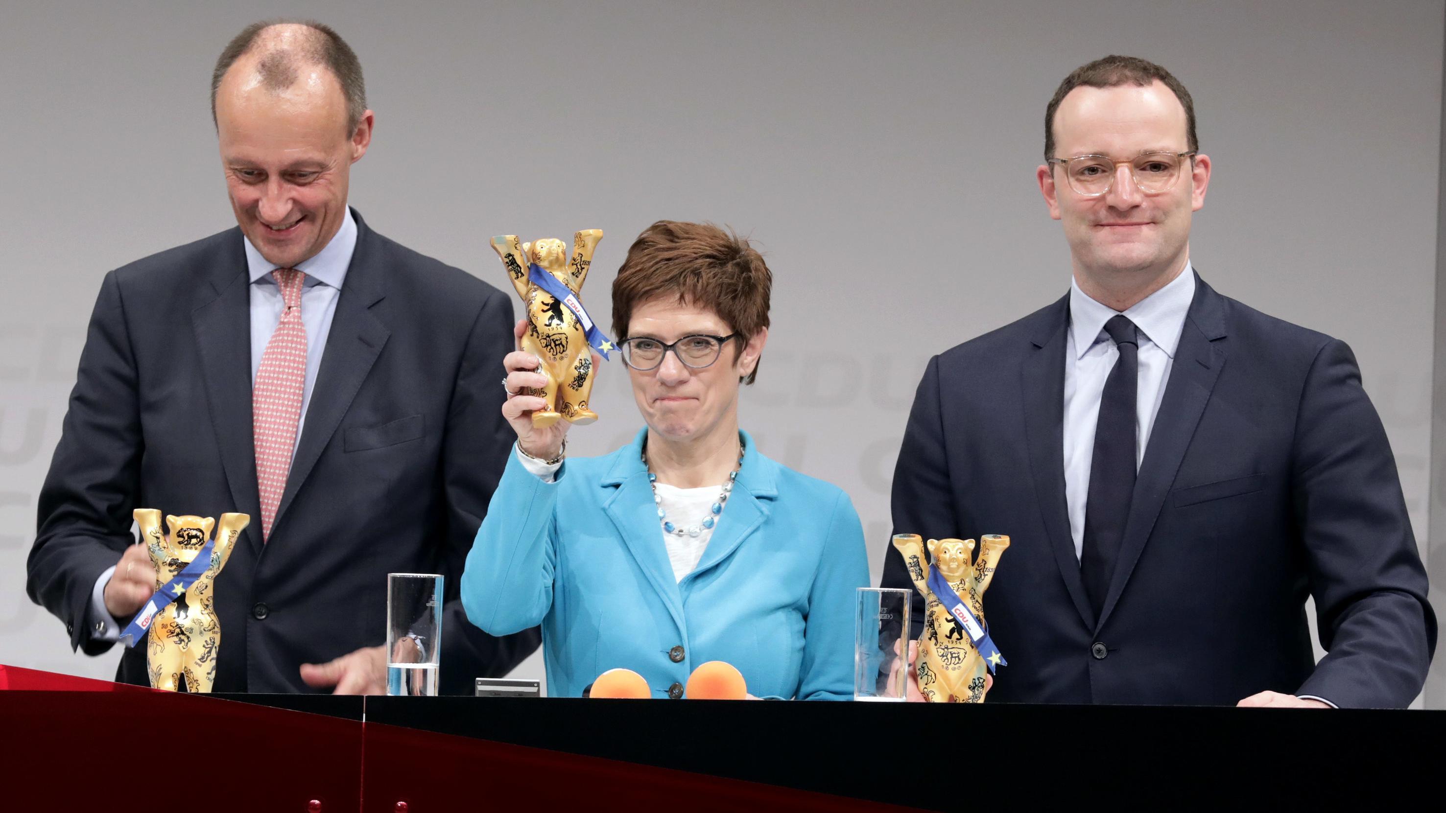 Die Kandidaten, die um den CDU-Vorsitz kämpfen, stehen nebeneinander. Von links: Friedrich Merz, Annegret Kramp-Karrenbauer und Jens Spahn.