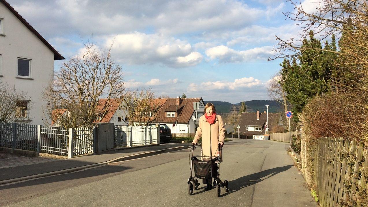 Die Großmutter von Lasse Berger spaziert mit ihrem Rollator durch die leeren Straßen Bayreuths.