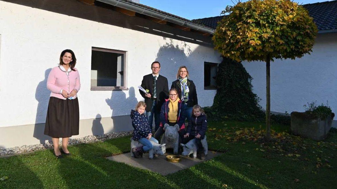 Landwirtschaftsministerin Michaela Kaniber beim Besuch eines Bauernhofes in Fürstenzell im Landkreis Passau