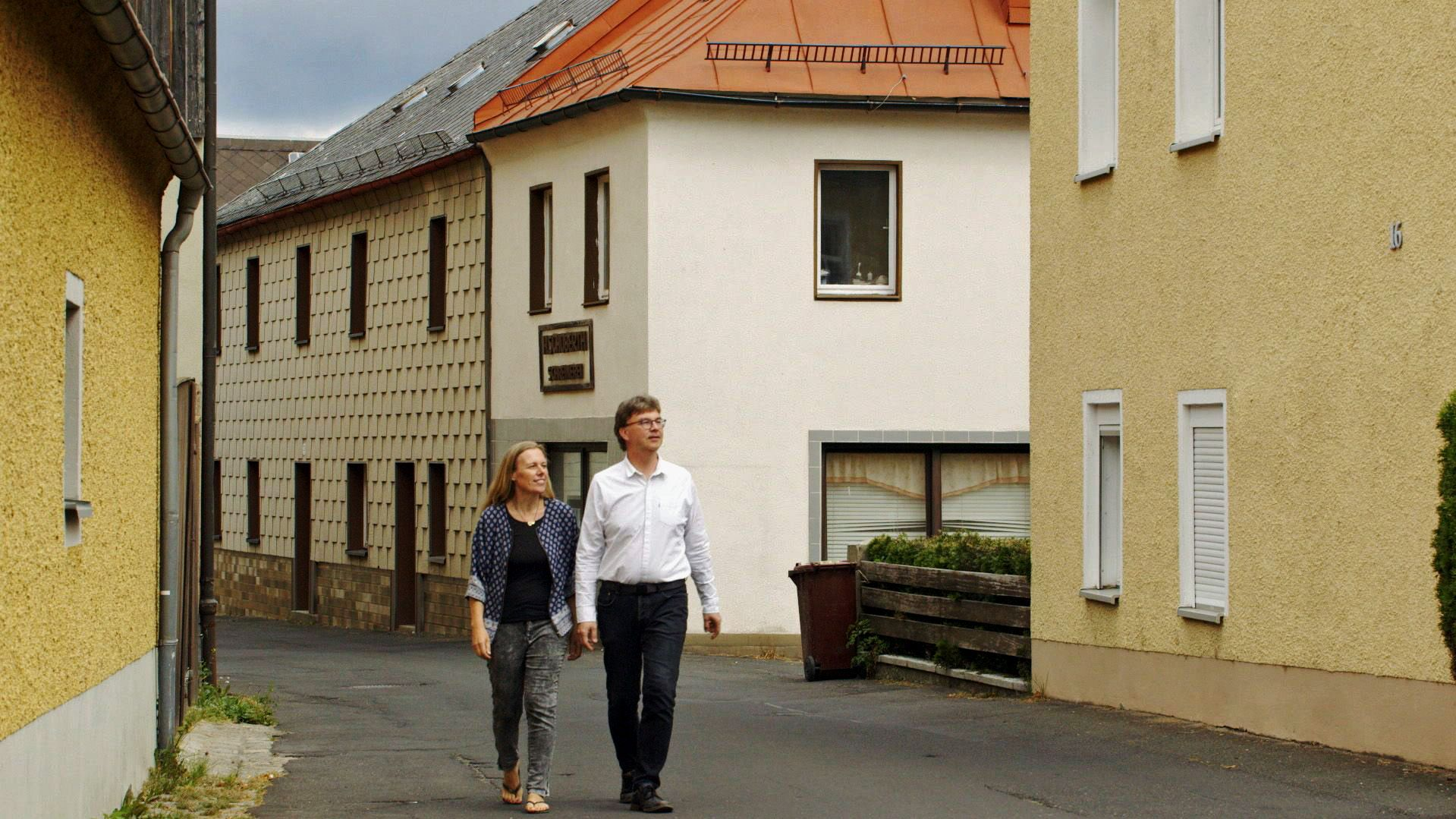 Ellen und Knut Meinel gehen durch Thierstein in Oberfranken