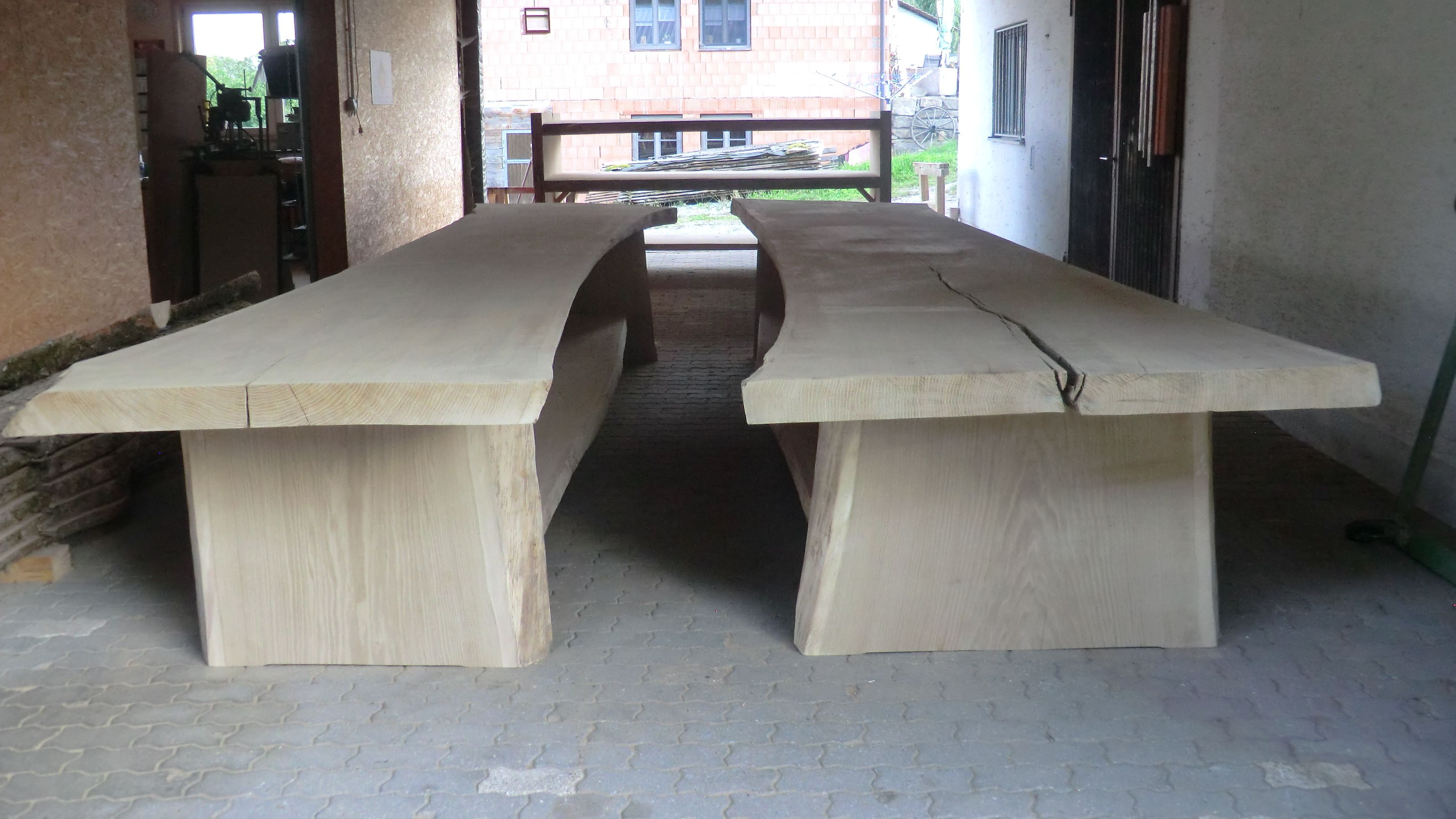 Stettmer hat es geschafft: Jetzt liefert er zwei riesen Tische und ein riesen Regal an den Kunden