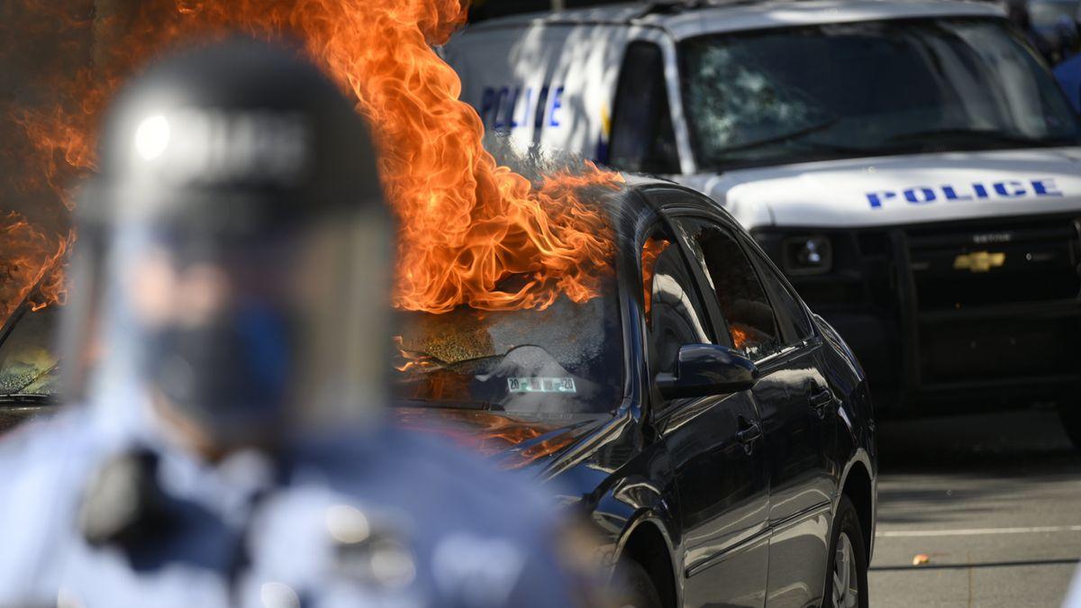 Brennende Autos bei Protesten