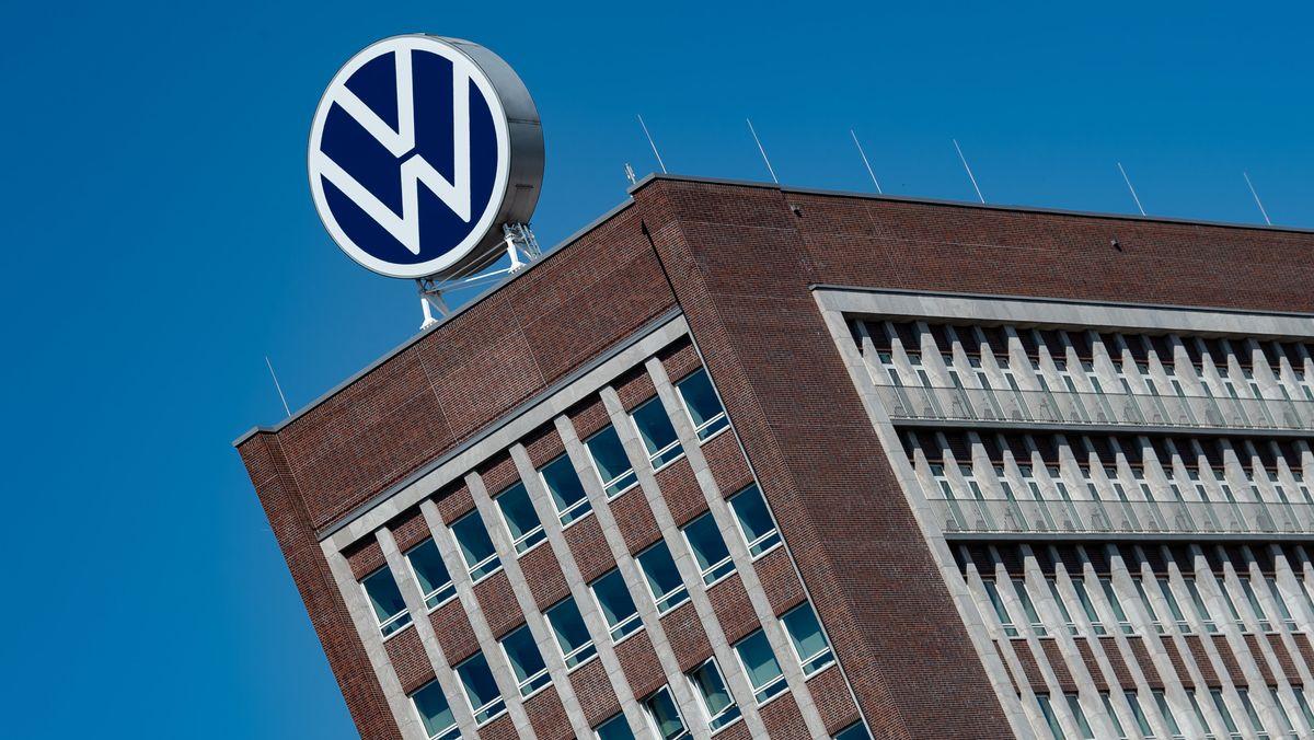 Gebäude mit VW-Logo auf dem Werksgelände in Wolfsburg