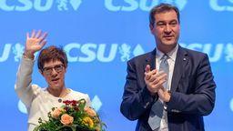 Markus Söder, CSU-Parteivorsitzender und Ministerpräsident von Bayern, überreicht Annegret Kramp-Karrenbauer (CDU), Verteidigungsministerin und CDU-Vorsitzende, nach ihrer Rede auf dem CSU-Parteitag in der Olympiahalle einen Strauß Blumen. (Archivbild) | Bild:dpa-Bldfunk/Peter Kneffel