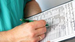 Arzt füllt Formular aus | Bild:pa/Esben Hansen