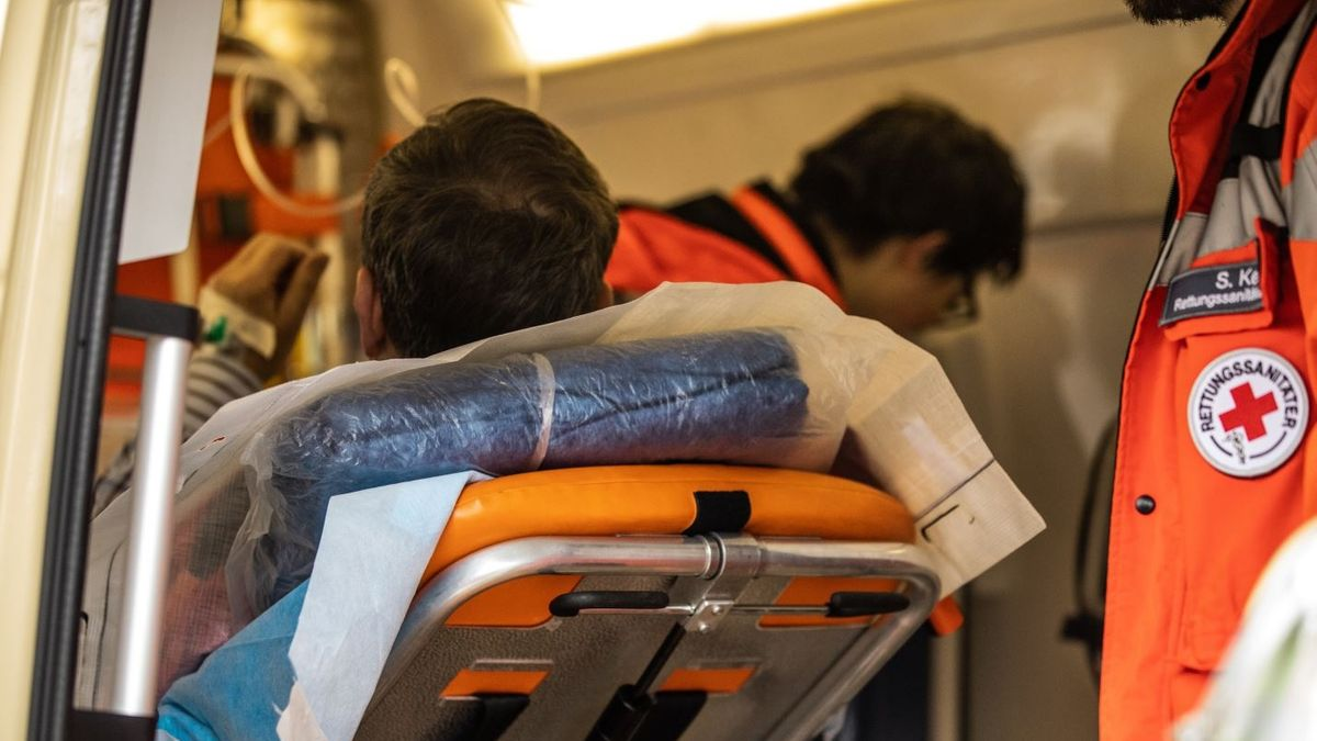 Rettungssanitäter mit einem Patienten (Symbolbild)
