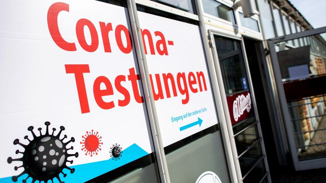 """Corona-Schnelltests: Ein Schaufenster ist mit der Aufschrift """"Corona-Testungen"""" beklebt."""