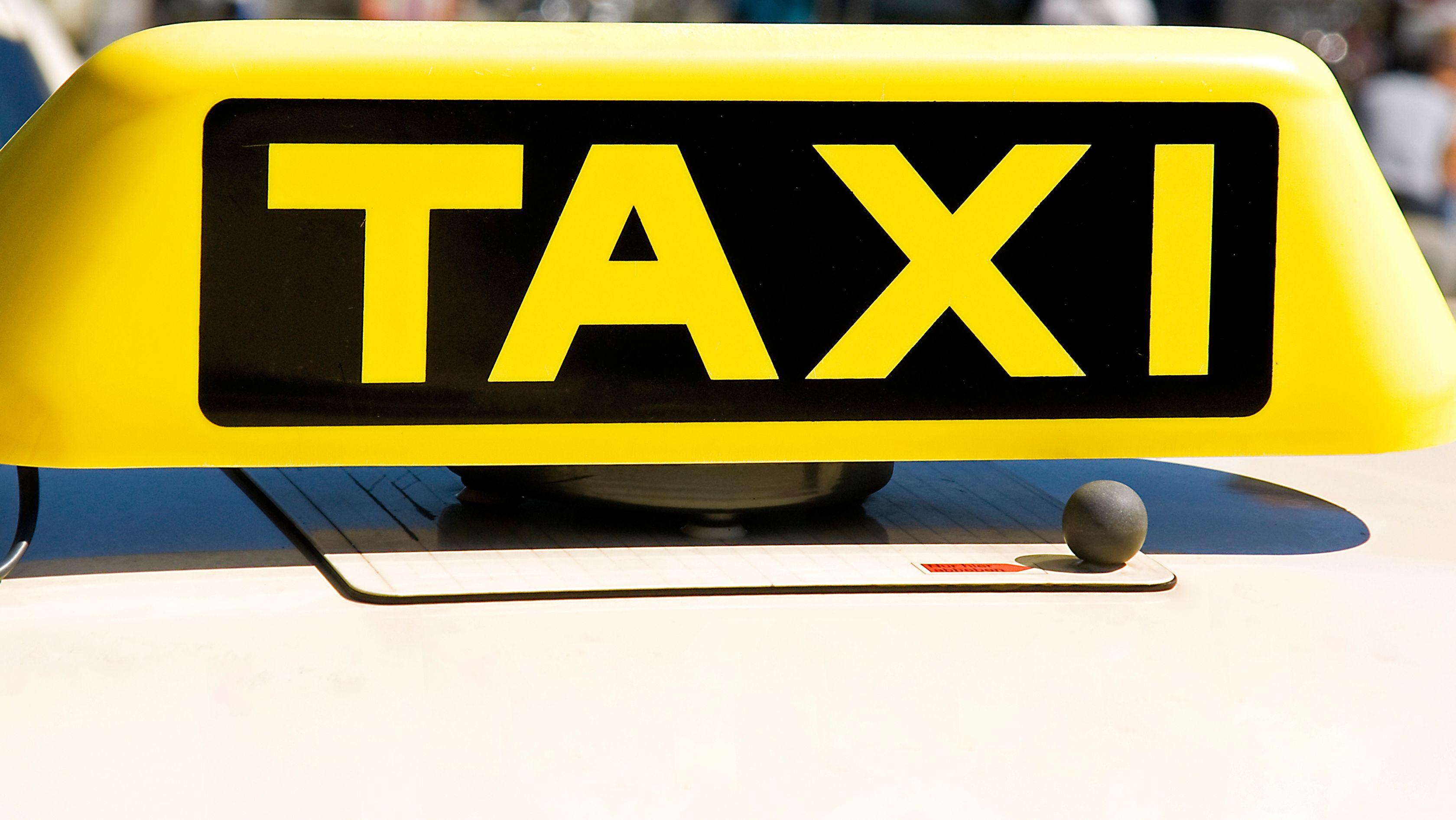 Taxi-Schild auf Autodach (Symbolbild)