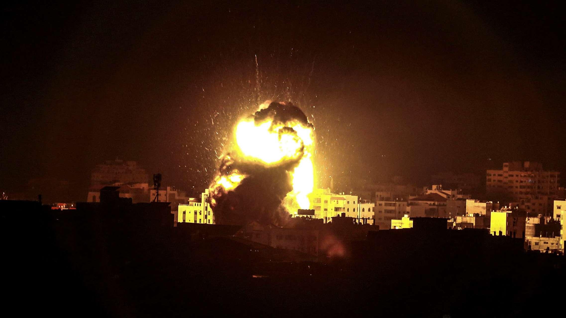 Palästinensische Autonomiegebiete: Eine Explosion ist nach einem Angriff der israelischen Luftwaffe in Gaza zu sehen.