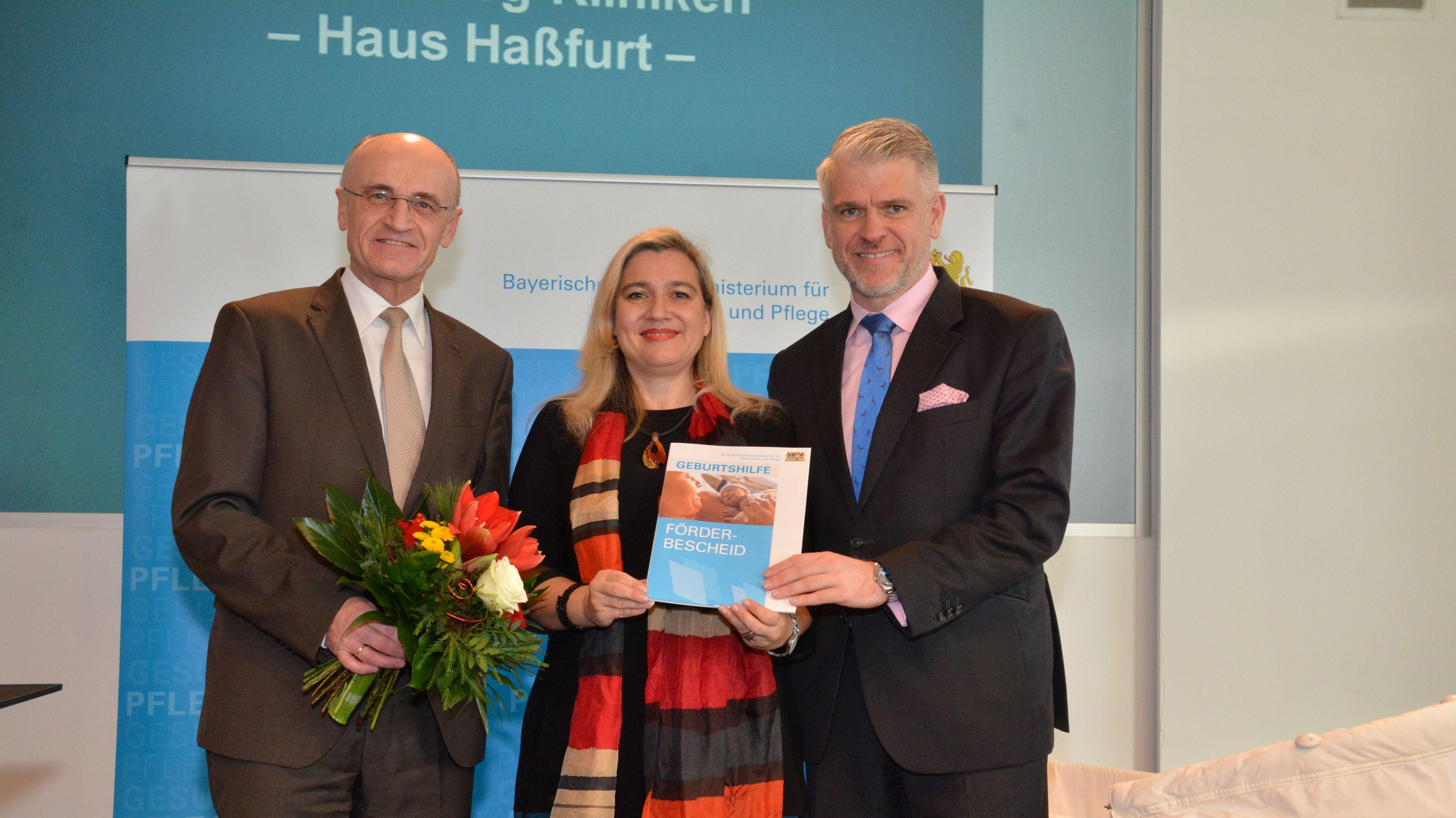 Gesundheitsministerin Melanie Huml (Mitte) übergibt Förderbescheid an die Haßberg-Kliniken