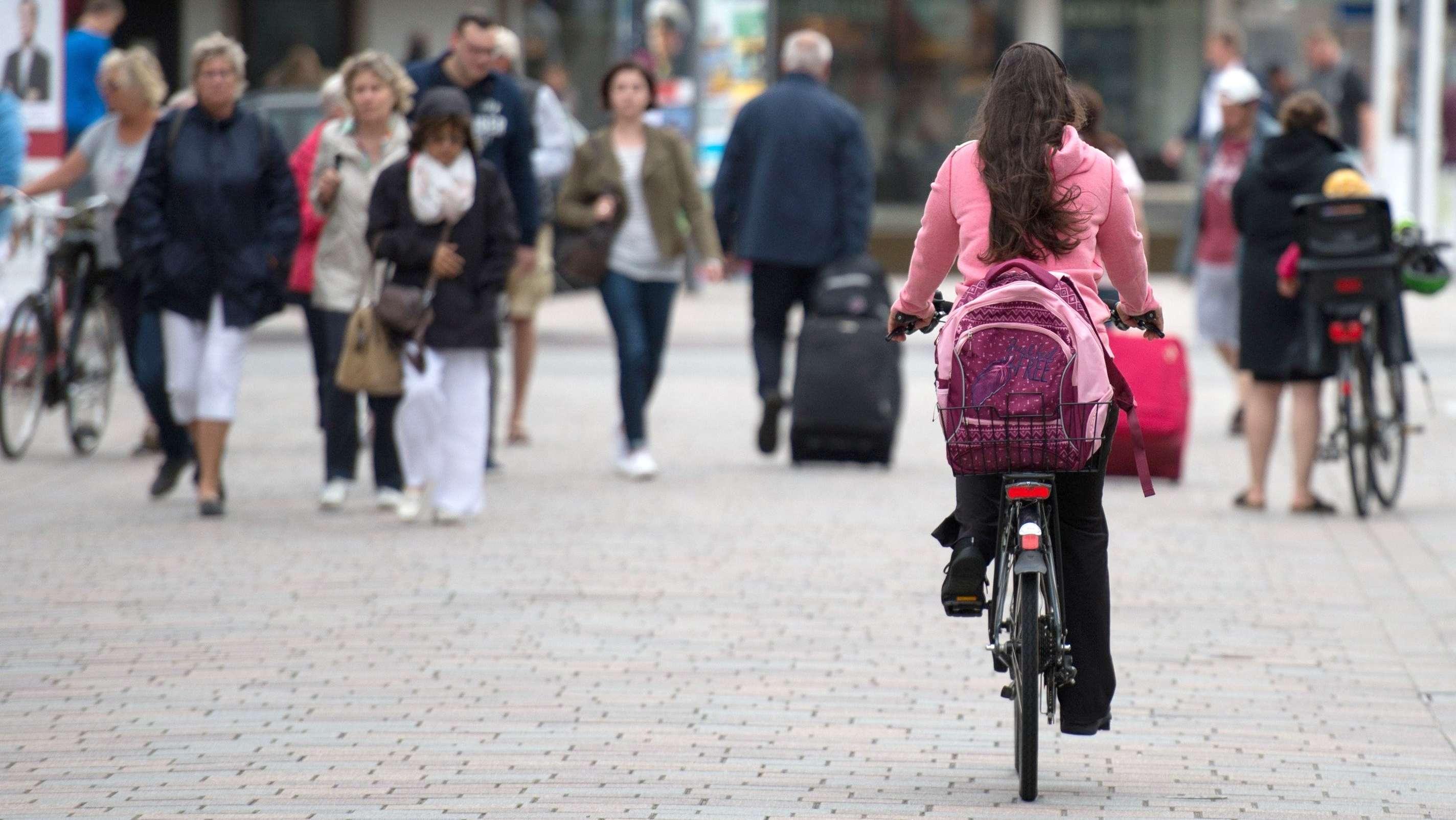 Radfahrerin in Fußgängerzone (Symbolbild)