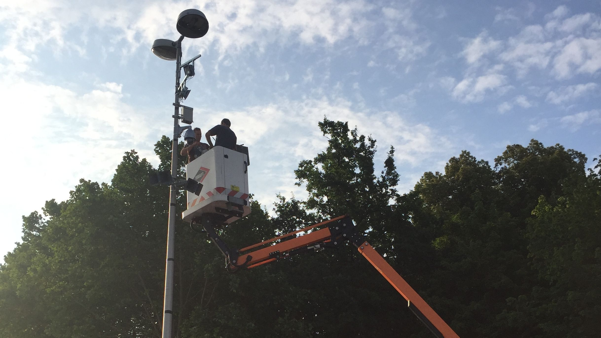 Spezialisten installieren eine der Kameras