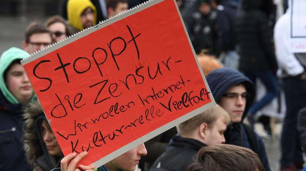 """Bremen: Ein Teilnehmer der Demonstration """"Rette Dein Internet"""", gegen Upload-Filter hält ein Schild mit """"Stoppt die Zensur-Wir wollen Internet-Kulturelle Vielfalt"""" hoch. Mehrere Hundert Menschen demonstrierten am Hauptbahnhof gegen die geplante EU-Urheberrechtsreform."""