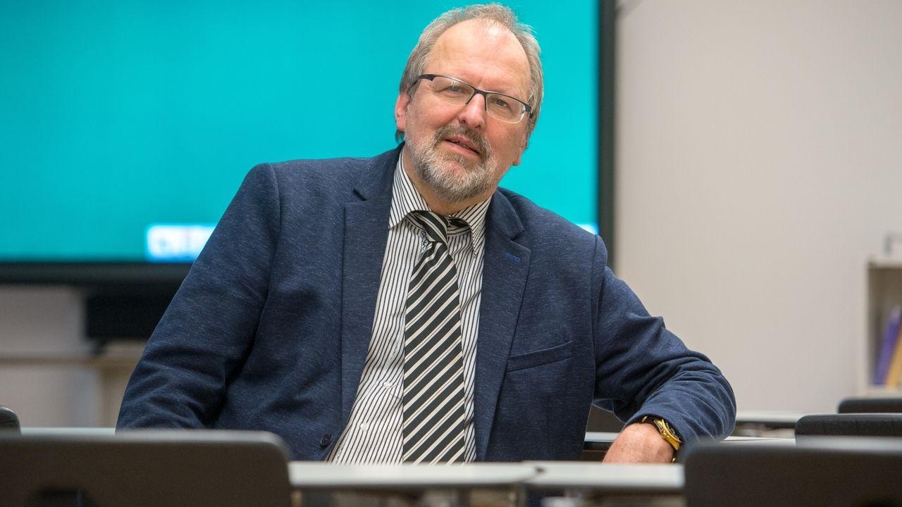 Heinz-Peter Meidinger ist davon überzeugt, dass das Mathe-Abitur dieses Jahr nicht schlechter ausfällt als sonst.