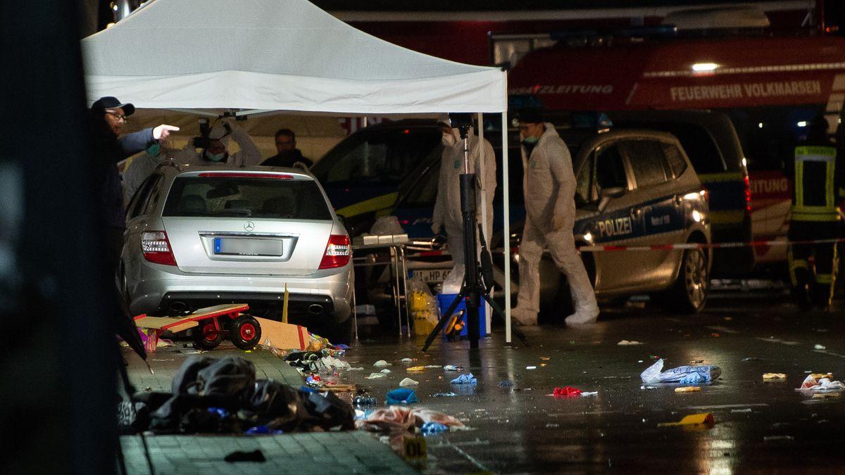Volkmarsen: Ermittlungsbeamte stehen an einem Auto, das bei einem Rosenmontagszug in eine Menschenmenge gefahren war.