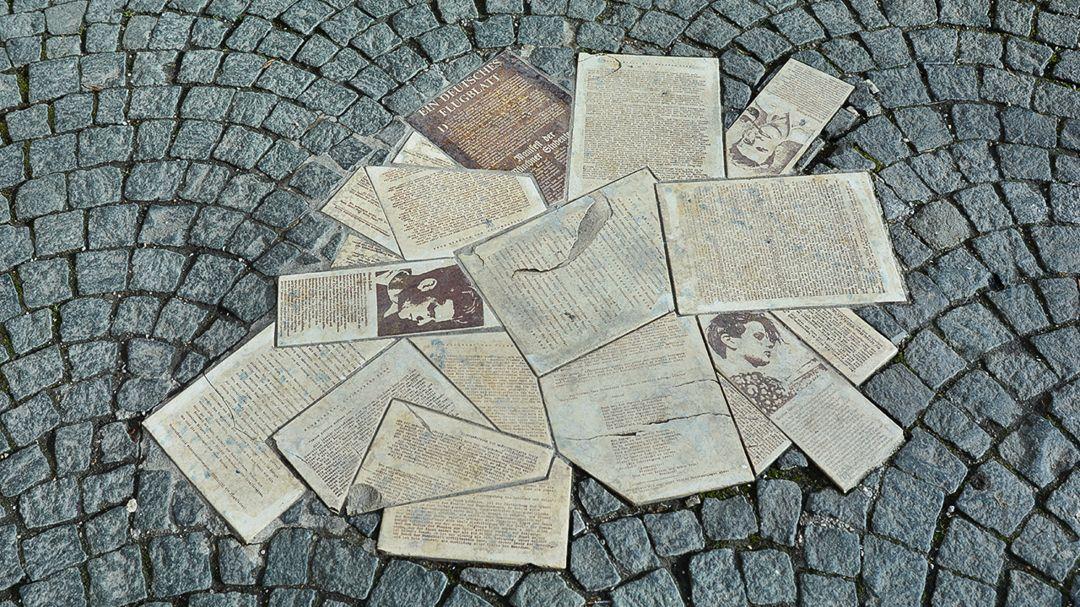 Steinerne Flugblätter der Weißen Rose am Geschwister-Scholl-Platz in München.