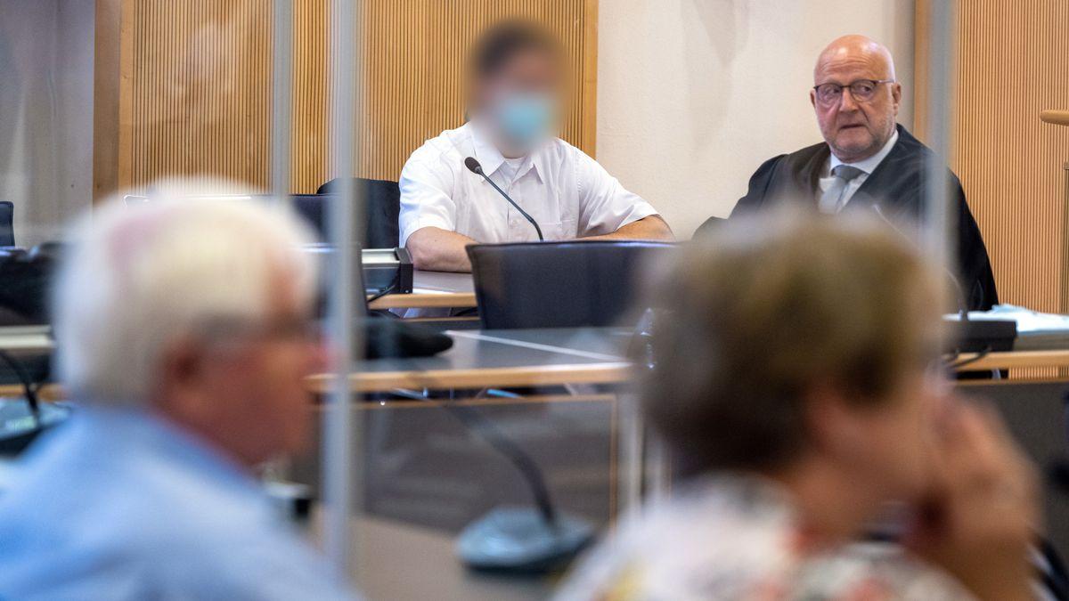 Der Angeklagte sitzt im Gerichtssaal des Regensburger Landgerichts - nur wenige Meter von den Eltern Maria Baumers entfernt.