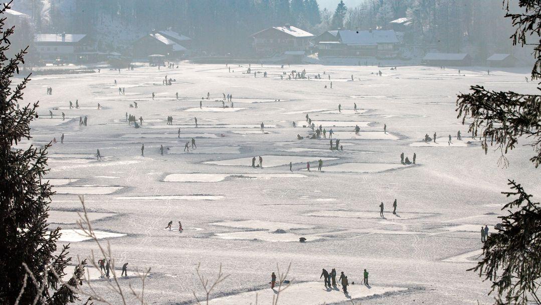 Hunderte Touristen und Einheimische tummeln sich Anfang Januar bei Sonnenschein auf dem zugefrorenen Spitzingsee.