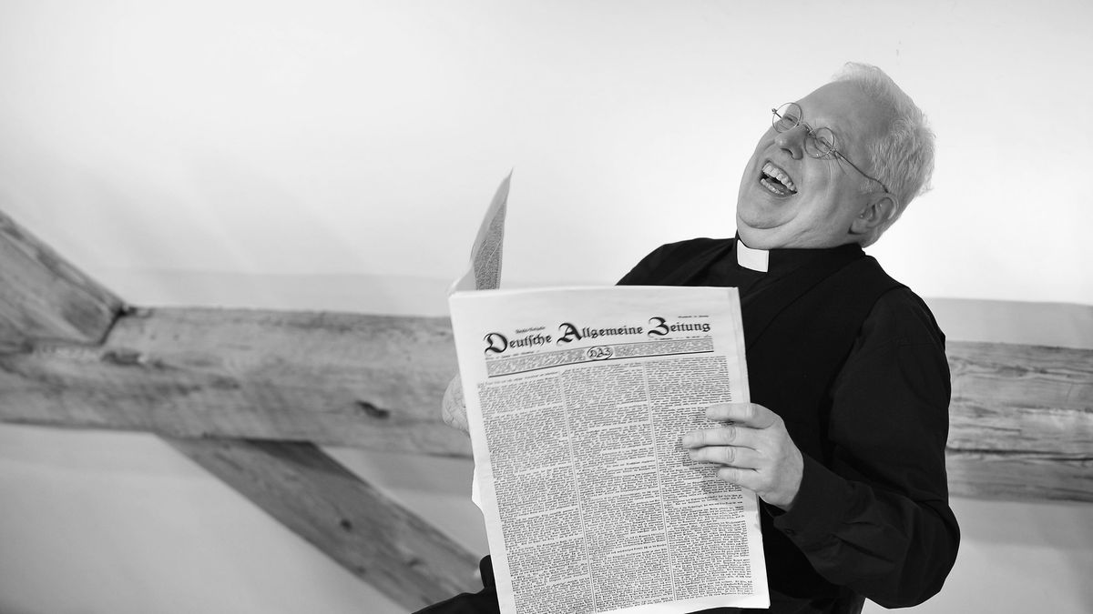 """Christian Höllerer als sitzt Pfarrer Naber in der Uraufführung des Dramas """"Resl unser"""" von Bernhard Setzwein am Landestheater Oberpfalz"""
