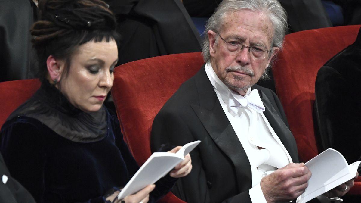 Olga Tokarczuk und Peter Handke sitzen nebeneinander n festlicher Kleidung auf roten Samtstühlen: Vergabe der Nobelpreise 2018 und 2019 in Stockholm
