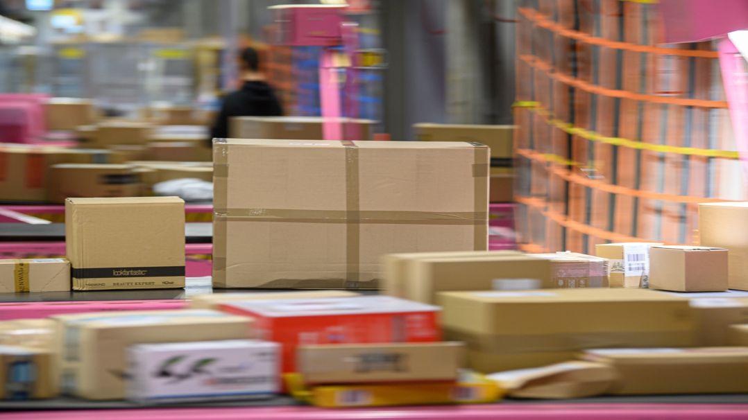 Viele Pakete liegen in einem Paketzentrum von Deutsche Post und DHL (Symbolbild).