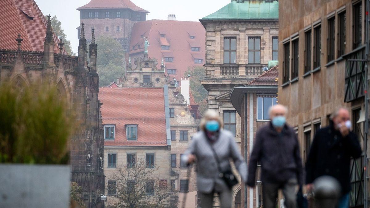 Die Nürnberger Innenstadt mit Passanten mit Corona-Masken