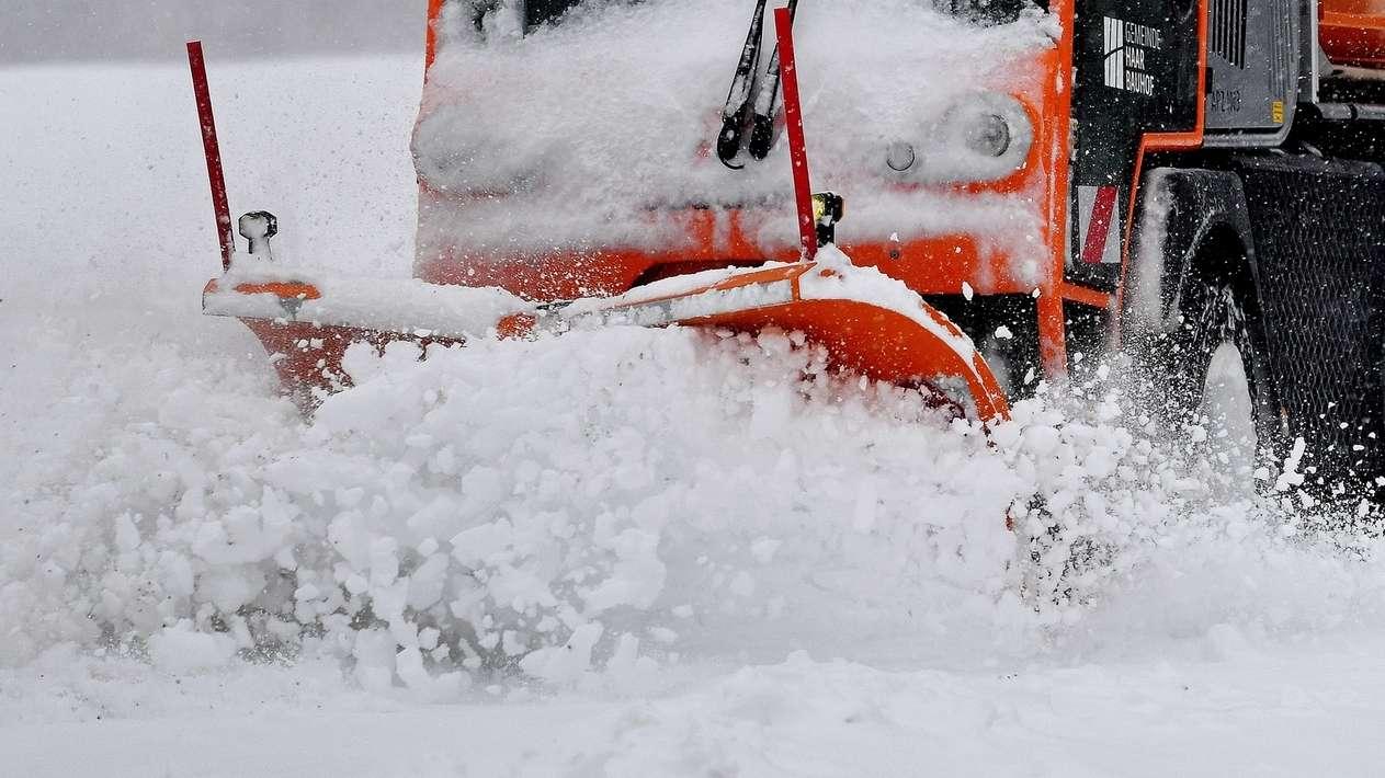 Ein Schneeräumfahrzeug des Winterdienstes im Einsatz.