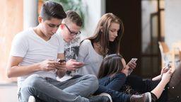 Jugendliche chillen mit Smartphone | Bild:dpa/pa/Karl Holzhauser