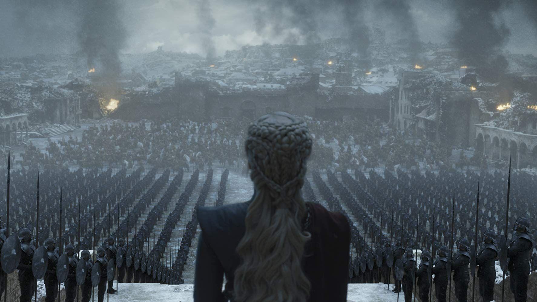 """Die """"Mad Queen"""" Daenerys Targaryen steht vor den von Asche bedeckten Ruinen von Königsmund und schaut auf die Reste ihrer Armee."""