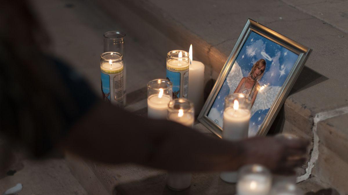 24.10.21: Kerzen und ein Foto erinnern in New Mexiko an die erschossene Kamerafrau Halyna Hutchins.