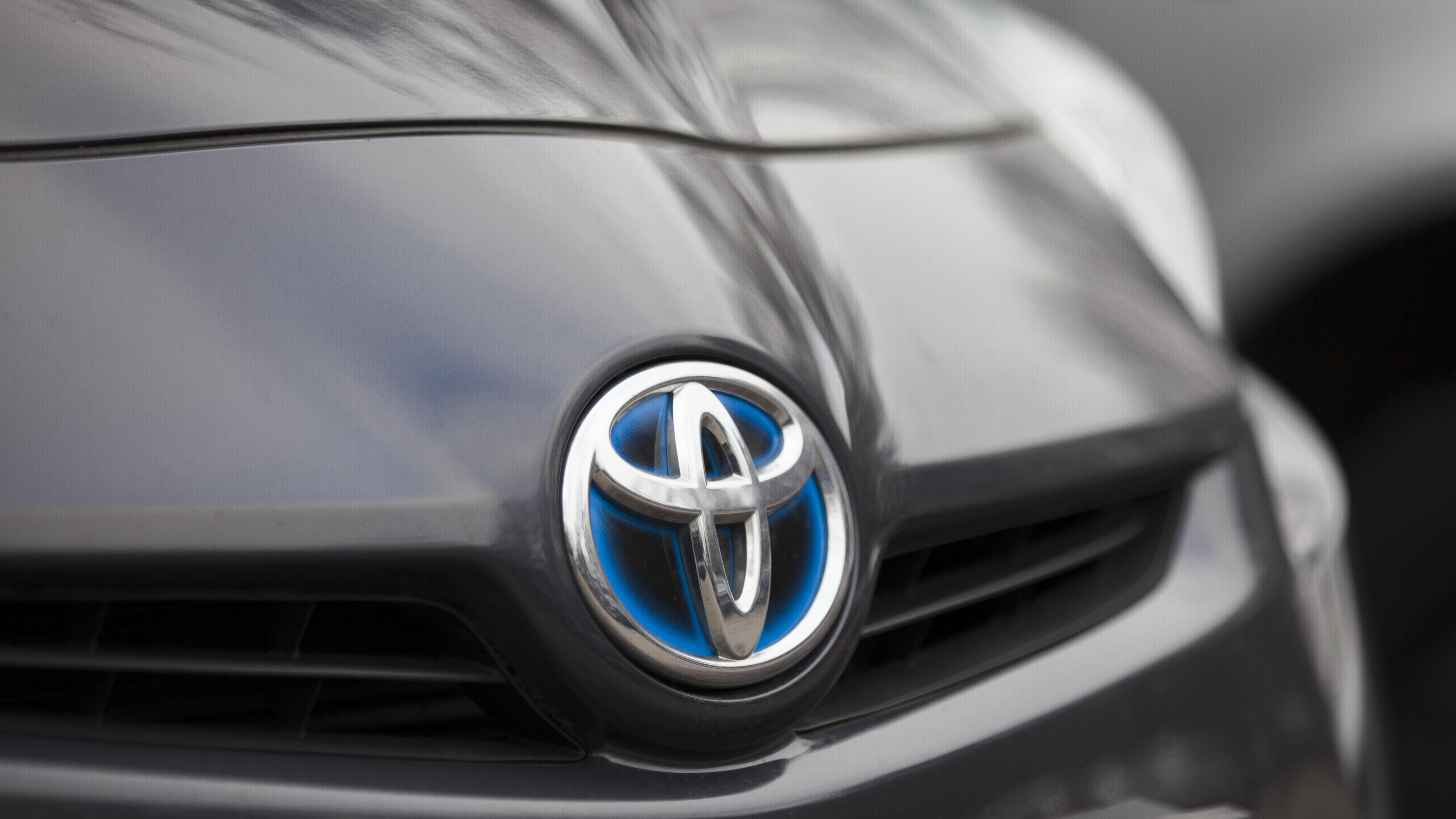 Toyota-Logo an einer Motorhaube