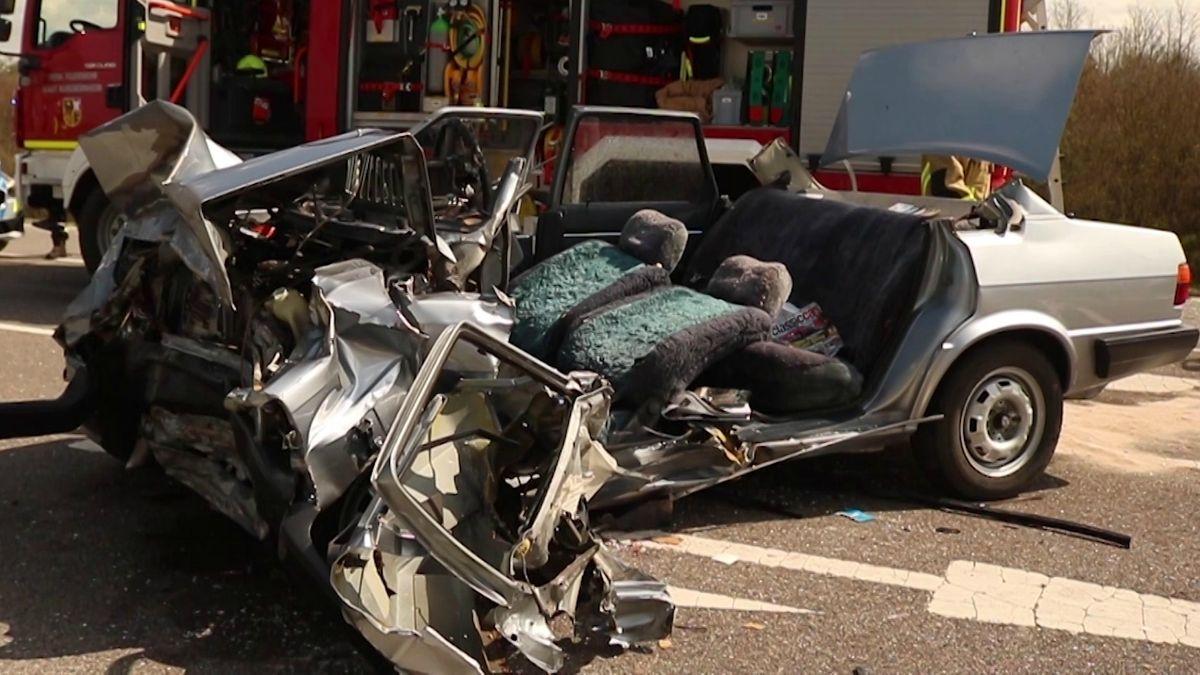 Ein Unfallfahrzeug auf der B470 bei Illesheim (Lkr. Neustadt a.d. Aisch-Bad Windsheim)