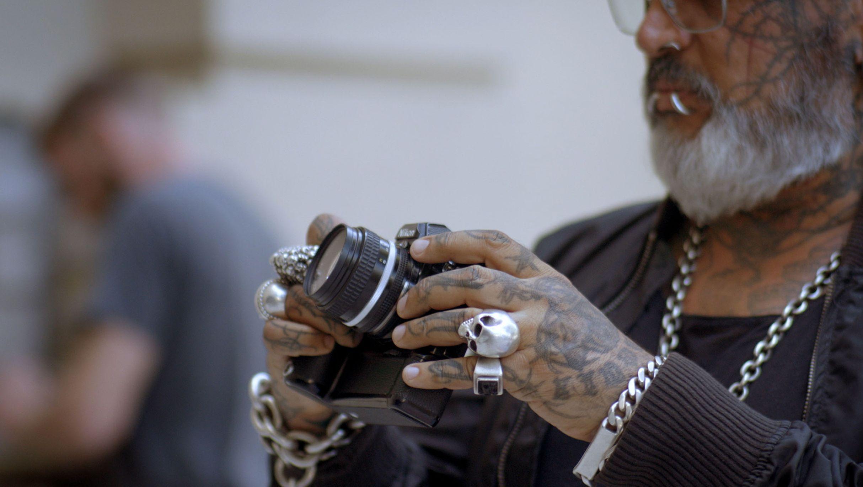 Detailaufnahme von Sven Marquardts Händen und seiner Kamera