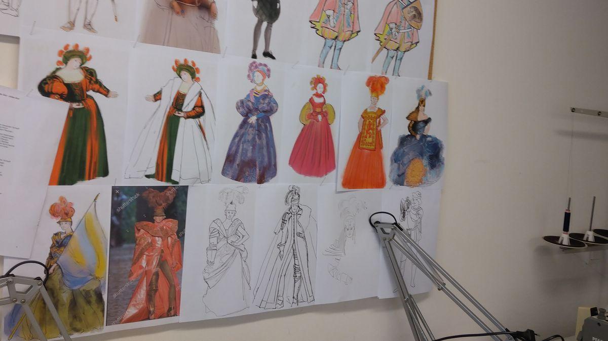Entwürfe für Theaterkostüme hängen an der Wand
