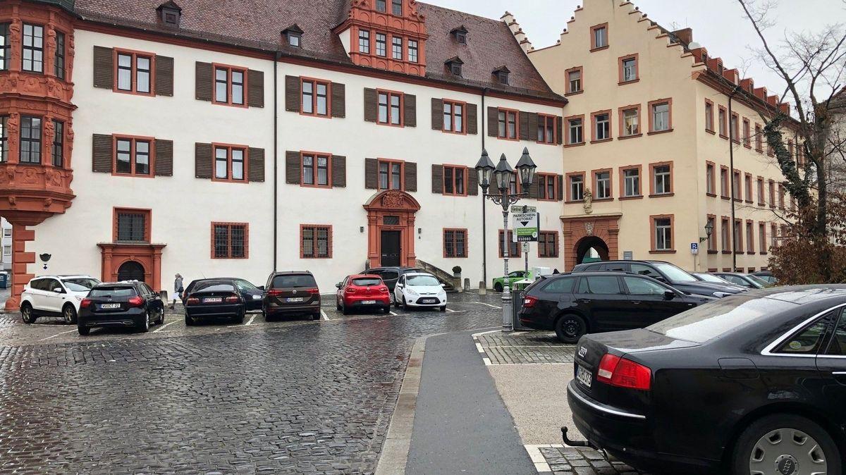 Auch die Parkplätze auf dem Kardinal-Döpfner-Platz sollen reduziert werden.