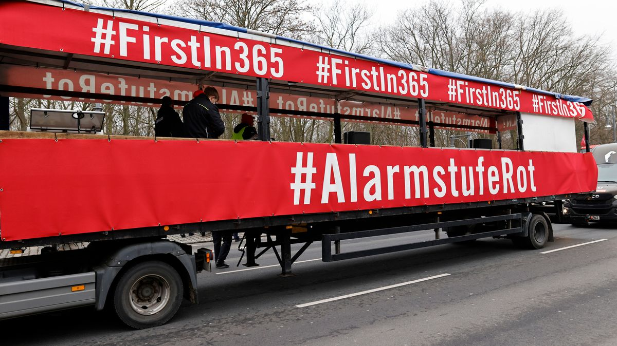 "Rote Transparente ""Alarmstufe Rot"" am LKW"