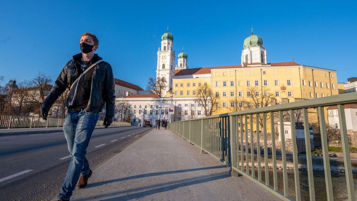 Fußgänger mit Corona-Maske in Passau