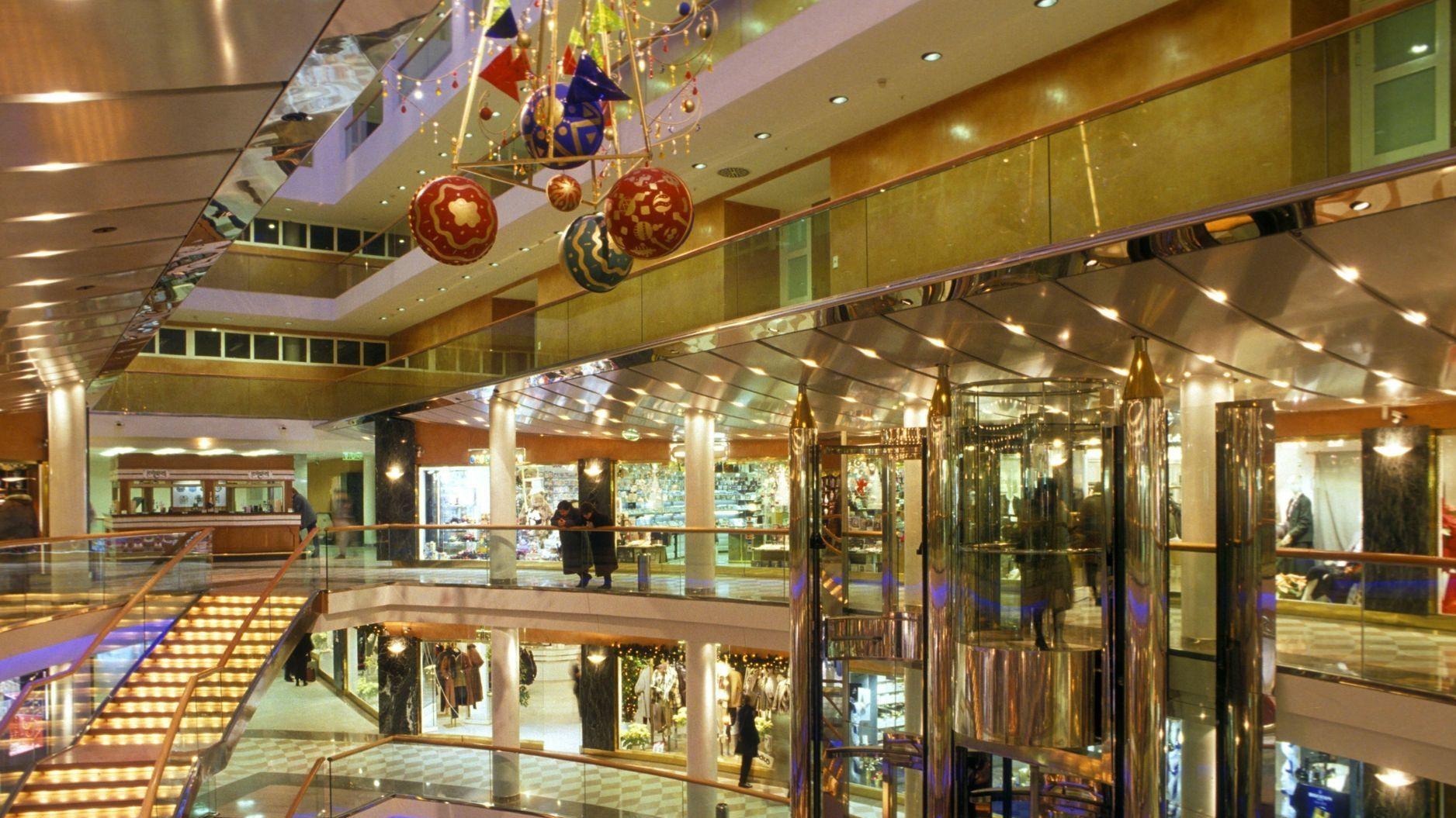 Weihnachtlich geschmücktes Einkaufszentrum