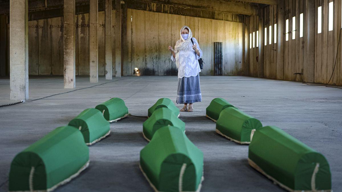 Bosnien und Herzegowina: Eine Frau betet in Potocari neben den Särgen einiger Opfer, die bei dem Massaker in Srebrenica vor 25 Jahren getötet wurden.