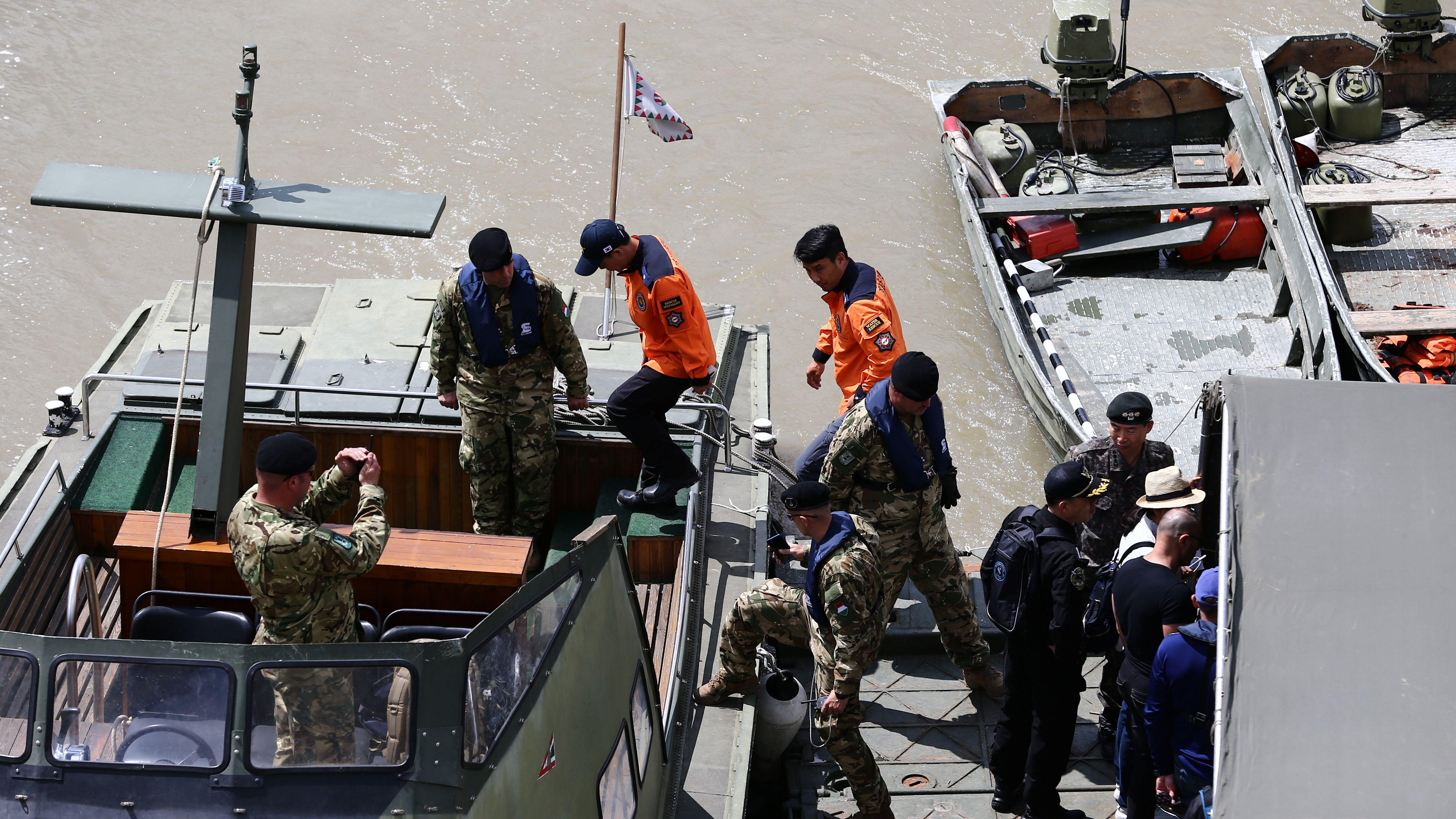 Südkoreanische Spezialkräfte machen sich auf die Suche nach den Vermissten des Bootsunglücks auf der Donau in Budapest.