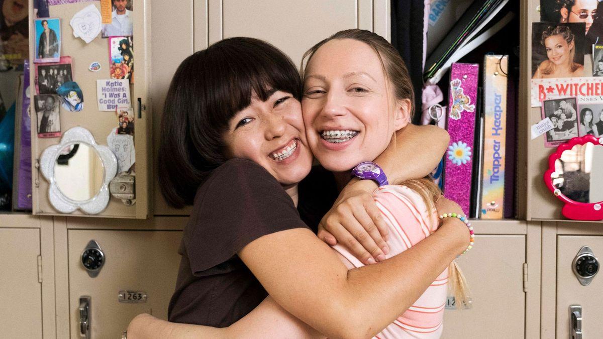 Maya Erskine und Anna Konkle als 13-Jährige Teenager in der Middle School.