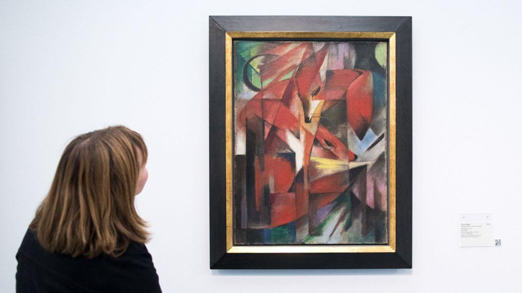 """Eine weibliche Besucherin betrachtet Franz Marcs Gemälde """"Die Füchse"""" im Düsseldorfer Kunstpalast"""