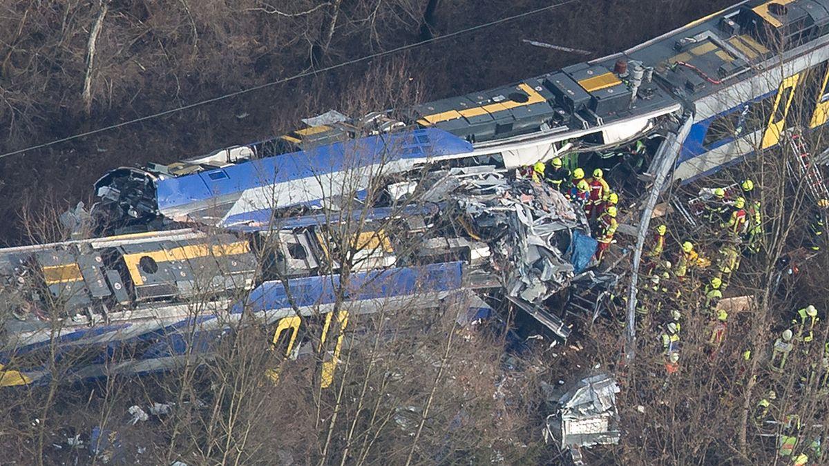 Rettungskräfte stehen am 9.2.2016 an der Unfallstelle des Zugunglücks in der Nähe von Bad Aibling.