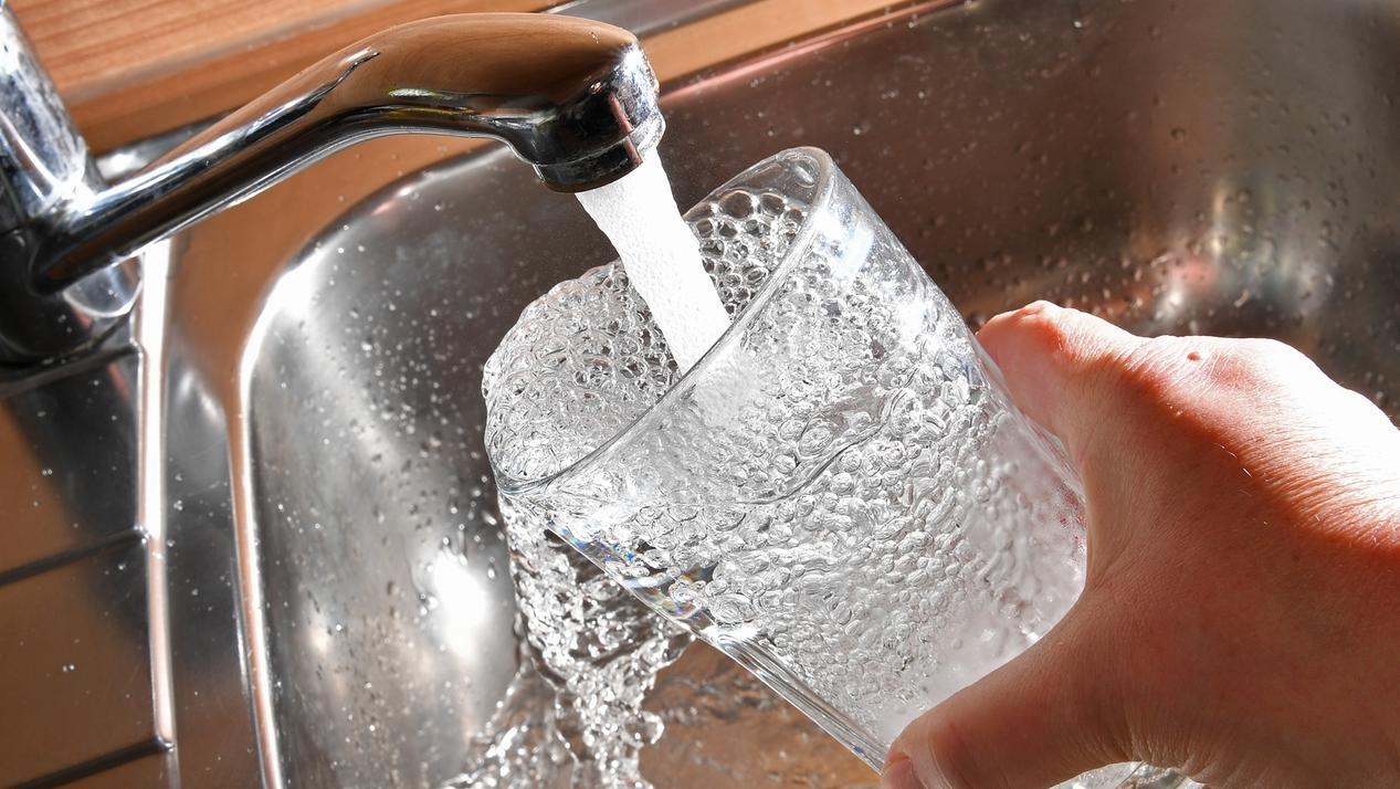 Wasserglas, welches mit Leitungswasser befüllt wird.
