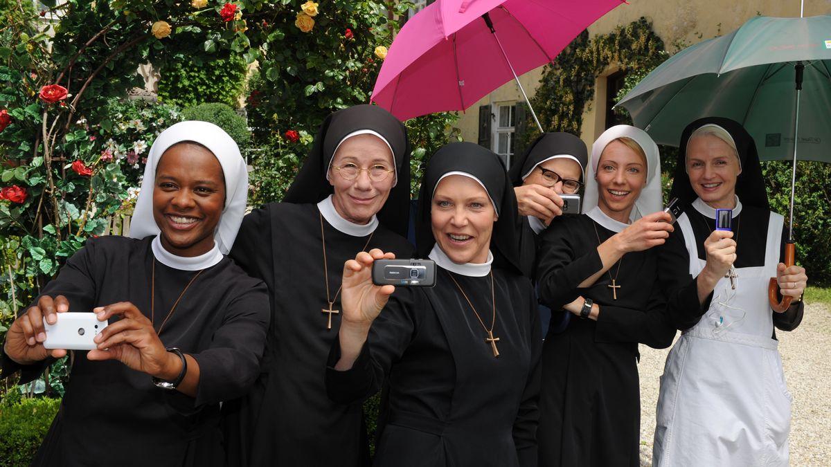 """Die Schauspielerinnen während einer Drehpause zur ARD-Serie """"Um Himmels Willen"""" bei der ersten Staffel 2010."""