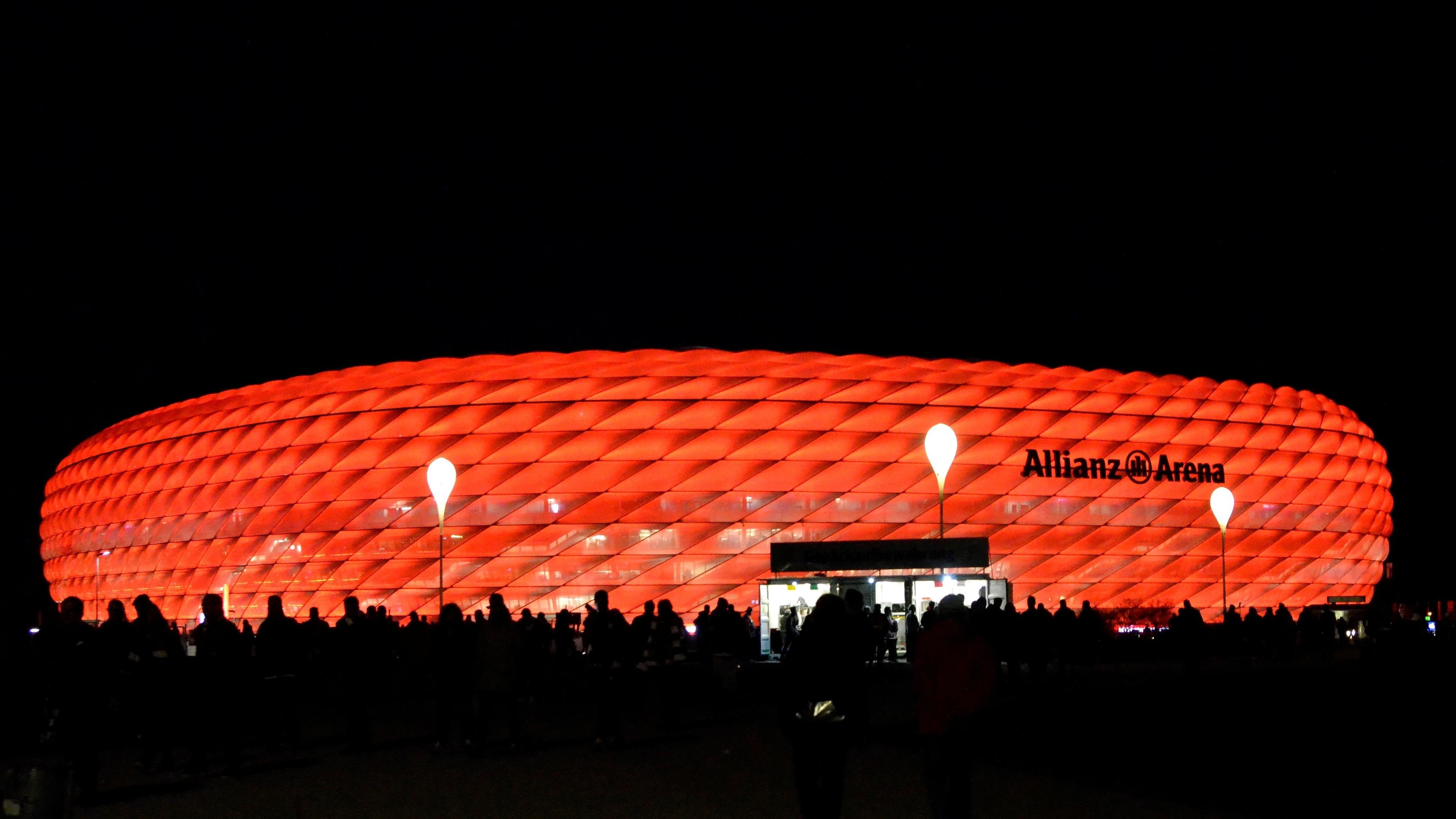 Rot beleuchtete Münchner Allianz Arena