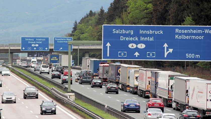 Aufgrund der Blockabfertigung stauen sich am Grenzübergang in Kiefersfelden die Lastwagen in Richtung Österreich.