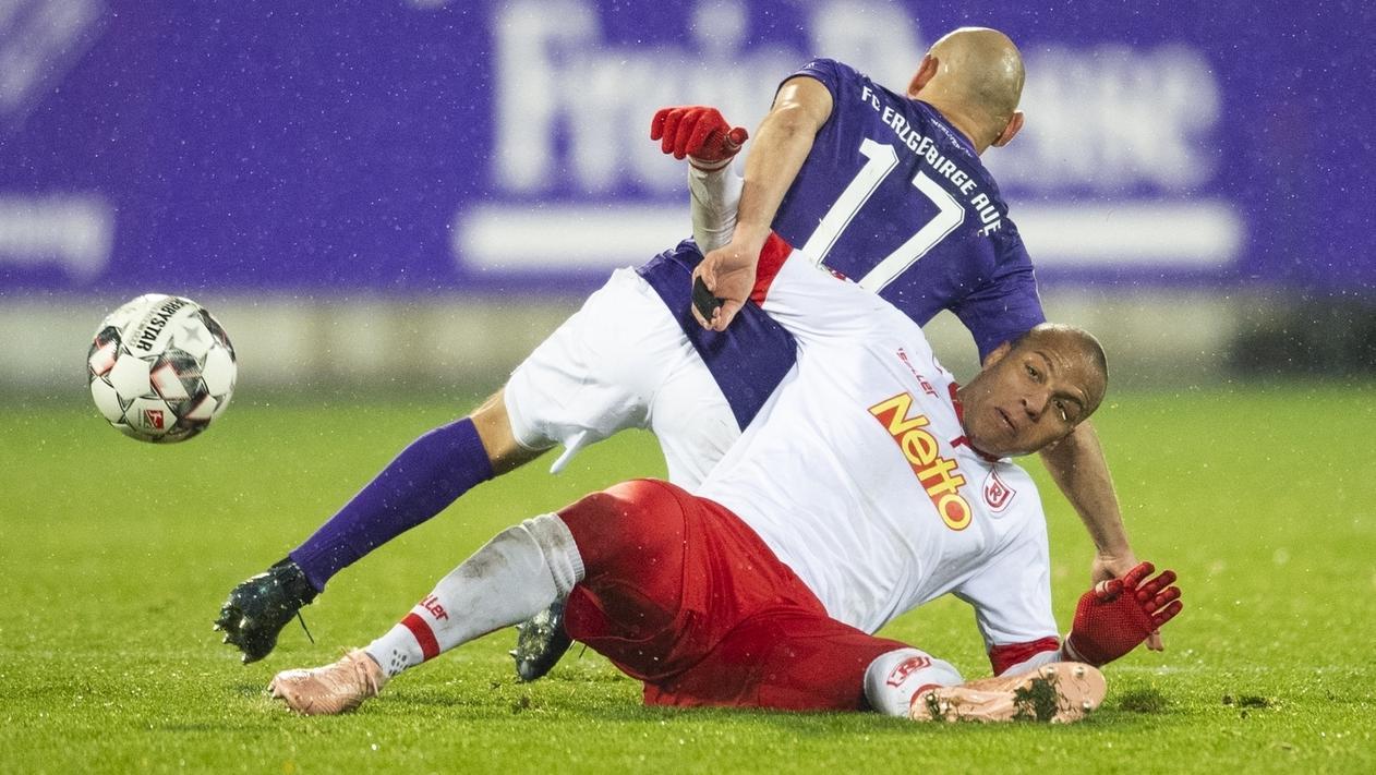 Zweikampf im Spiel Aue - Regenburg