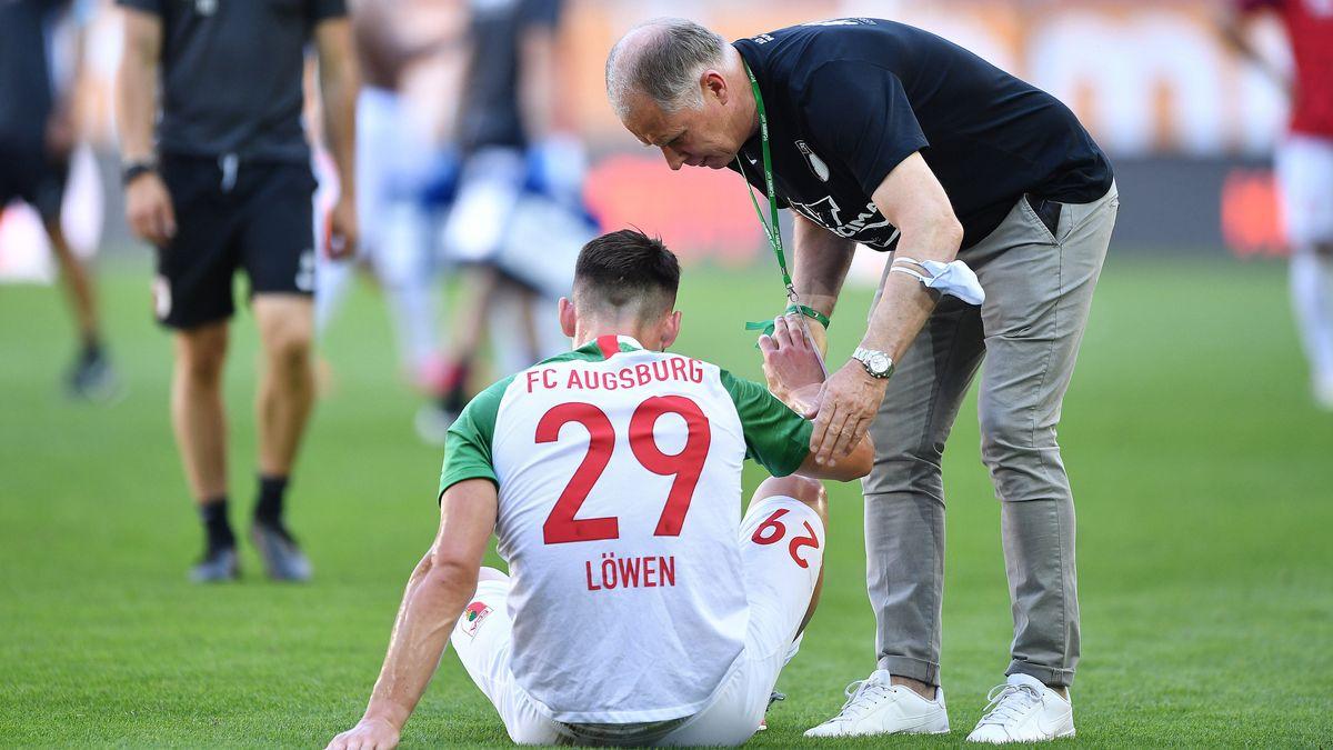 FCA-Spieler Eduard Löwen und Sportchef Stefan Reuter nach dem letzten Saisonspiel gegen Leipzig
